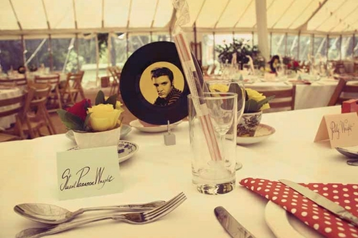 noch eine Elvis inspirierte Hochzeit Deko - Elvis auf Schallplatte in der Mitte des Tisches