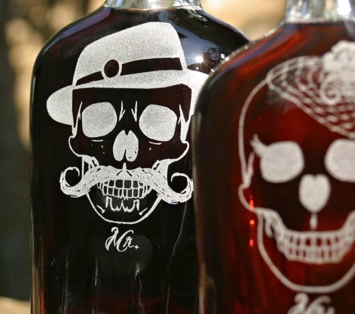 originelles Paar 50er Party für die Hochzeit - Weinflaschen mit Schädeln
