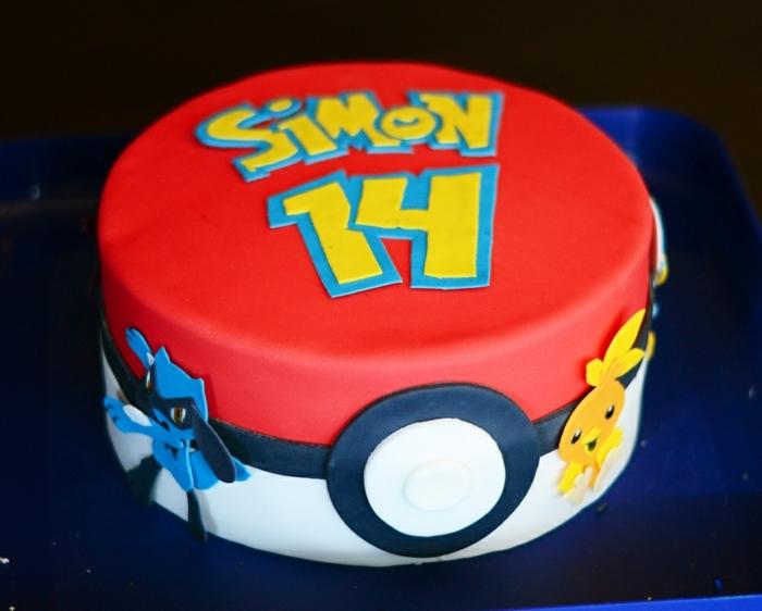 pokemon birthday cake - eine idee für eine große rote pokemon torte, die wie ein roter pokeball ausieht, mit gelben überschriften und zwei kleine pokemon wesen