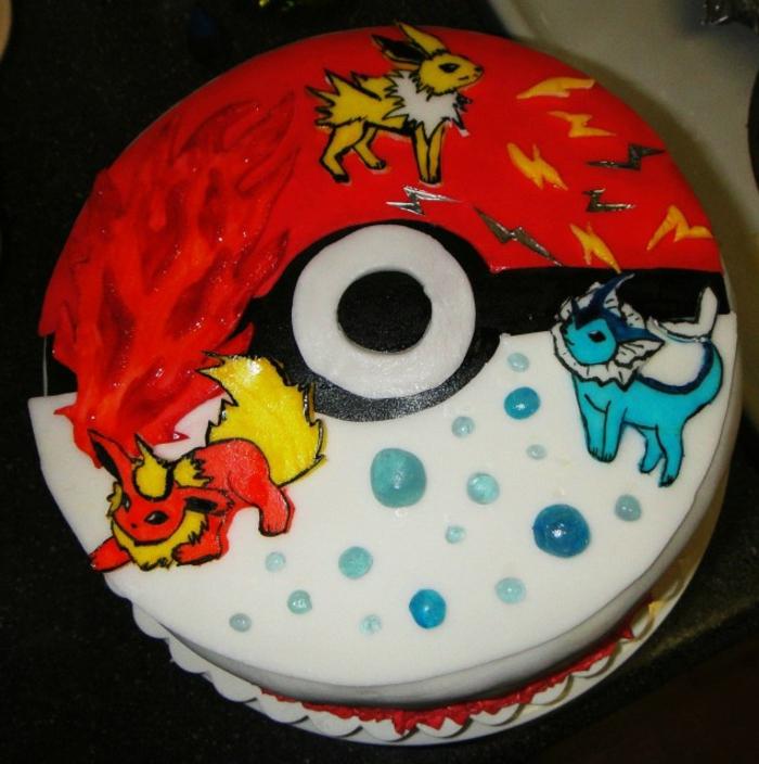 idee für eine tolle rote torte mit pokemon motiven - hier sind drei kleine pokemon wesen, feuer, pokemon fuchs und ein roter pokeball