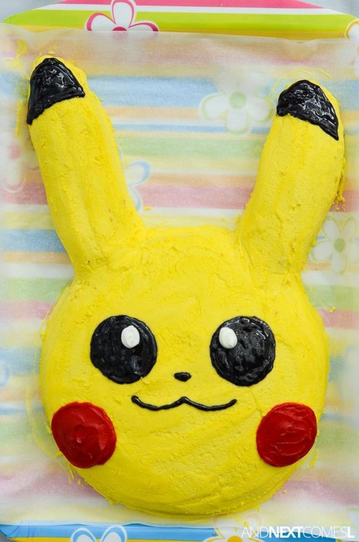 eine gelbe pokemon torte mit einem gelben lächelnden pokemon wesen pikachu mit zwei roten backen und schwarzen augen