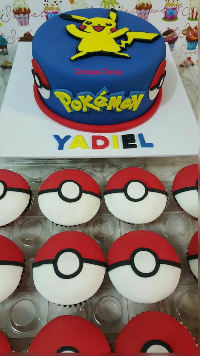 hier ist eine idee für rote pokemon kuchen, die wie rote pokebälle aussehen, und eine blaue pokemon torte mit einem gelben pokemon wesen pikachu