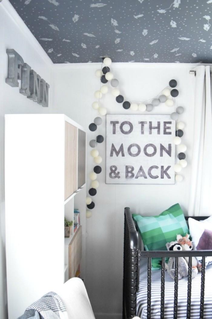 baby kinderzimmer selber einrichten, ein wandbild mit aufschrift to the moon and back, lustige leuchten lampe