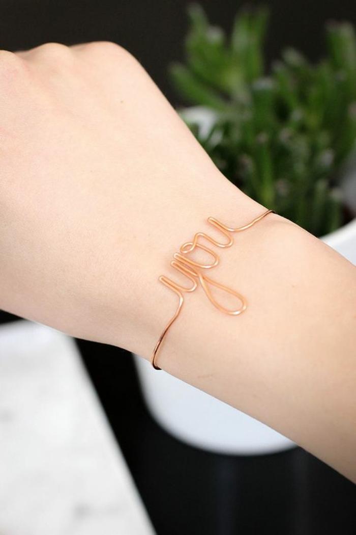 Armbänder selber machen: YOU-Armband aus einfachem Schmuckdraht in Kupferfarbe