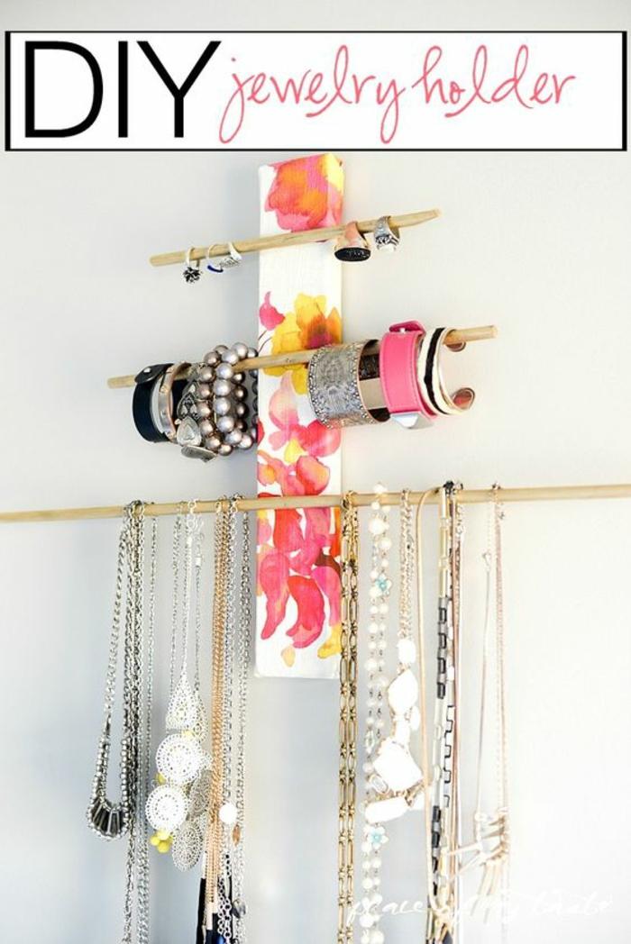 diy armbandständer, kettenständer aus holz, schmuckstücke, armreife, halsketten