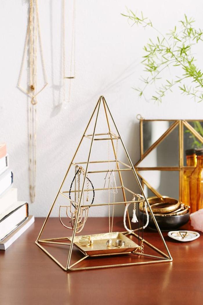 schmuckständer selber machen aus goldenen rohren, pyramide, armreife