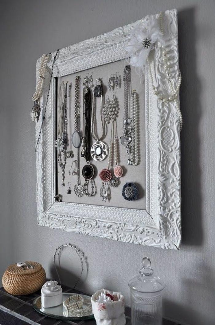 schmuckständer diy, weißer rahmn mit ornamenten, schmuck, schmuckboxen