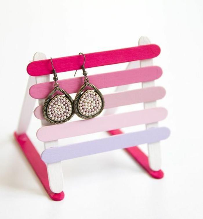 rosa ohrringständer aus holzstäbchen, goldene ohrringe mit perlen