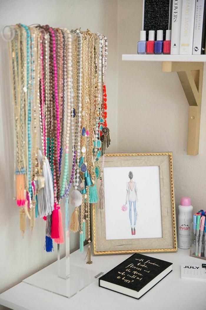 viele halsketten, schmuck, bild, buch, regal, farbstifte, nagellack