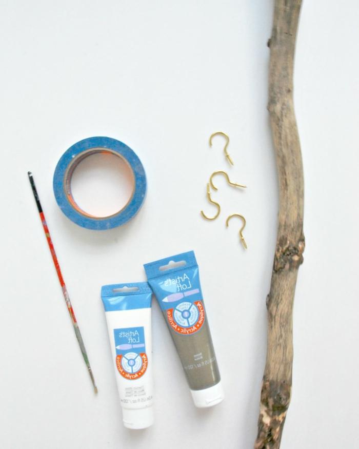 kettenständer basteln - materialien, klebeband, pinsel, ast, treibholz
