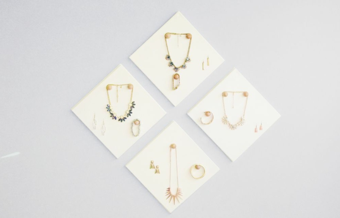 leinwände, schmuckstücke, halsketten mit kristallen, armreifen, ohrringe