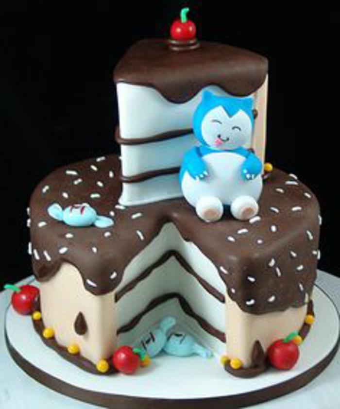 hier zeigen wir ihnen noch eine idee für eine leckere schoko torte mit roten kirschen, gelben pralinen und einem blauen pokemon wesen