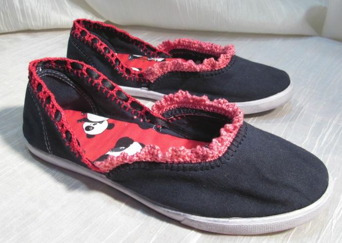 schwarze Hausschuhe mit rotem Akzent von Spitze bunte Sohle - Hausschuhe basteln