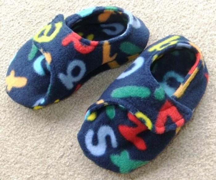 entzückende kleine Schuhe in blauer Farbe mit Buchstaben so bequem