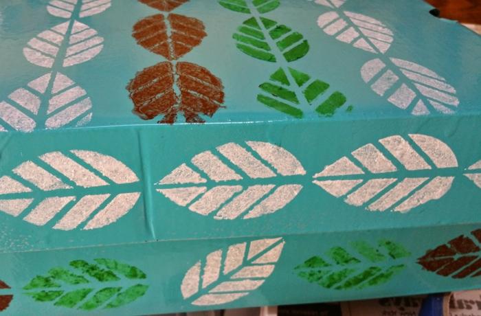 bunte Blätter wie Laube im Herbst auf der Schachtel bemalt- Basteltipps mit Karton
