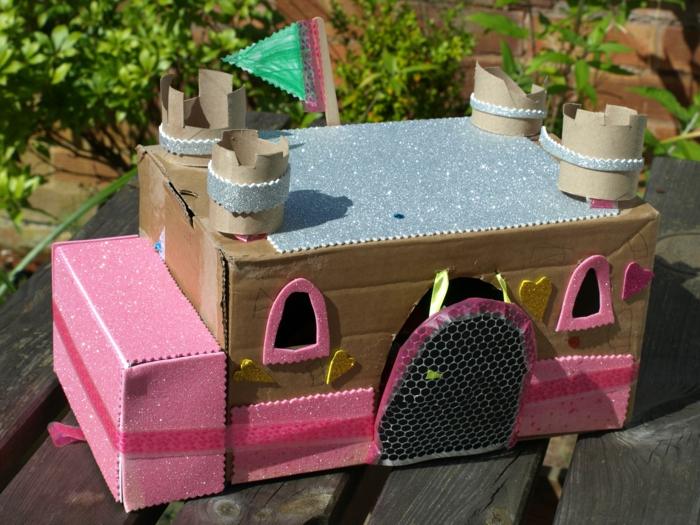 ein Schloss für ein kleines Mädchen mit Puppen zu spielen in rosa Farbe