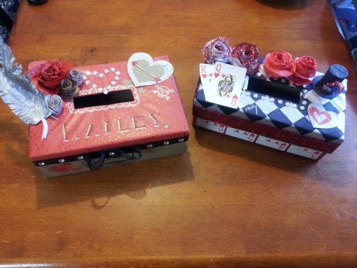 zwei Schachtel zum Sparen von zwei Schwesterchen mit den Namen darauf geschrieben