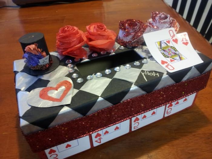 Schachtel von einem Zauberer mit Rosen und ein kleiner Hut mit Spielkarten dekoriert