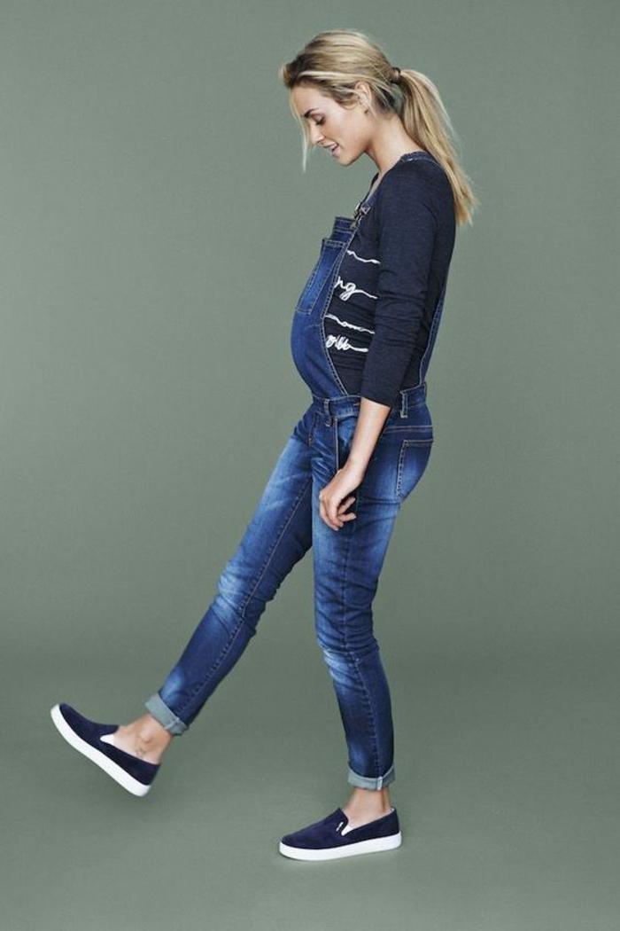 umstandskleidung,latzjeans, bluse und schuhe in dunkelblau