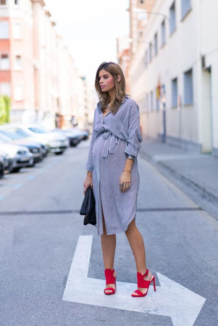 umstansmode, kleid, oversized hemd, gestreift, blau und weiss, rote pumps, schwarze ledertasche