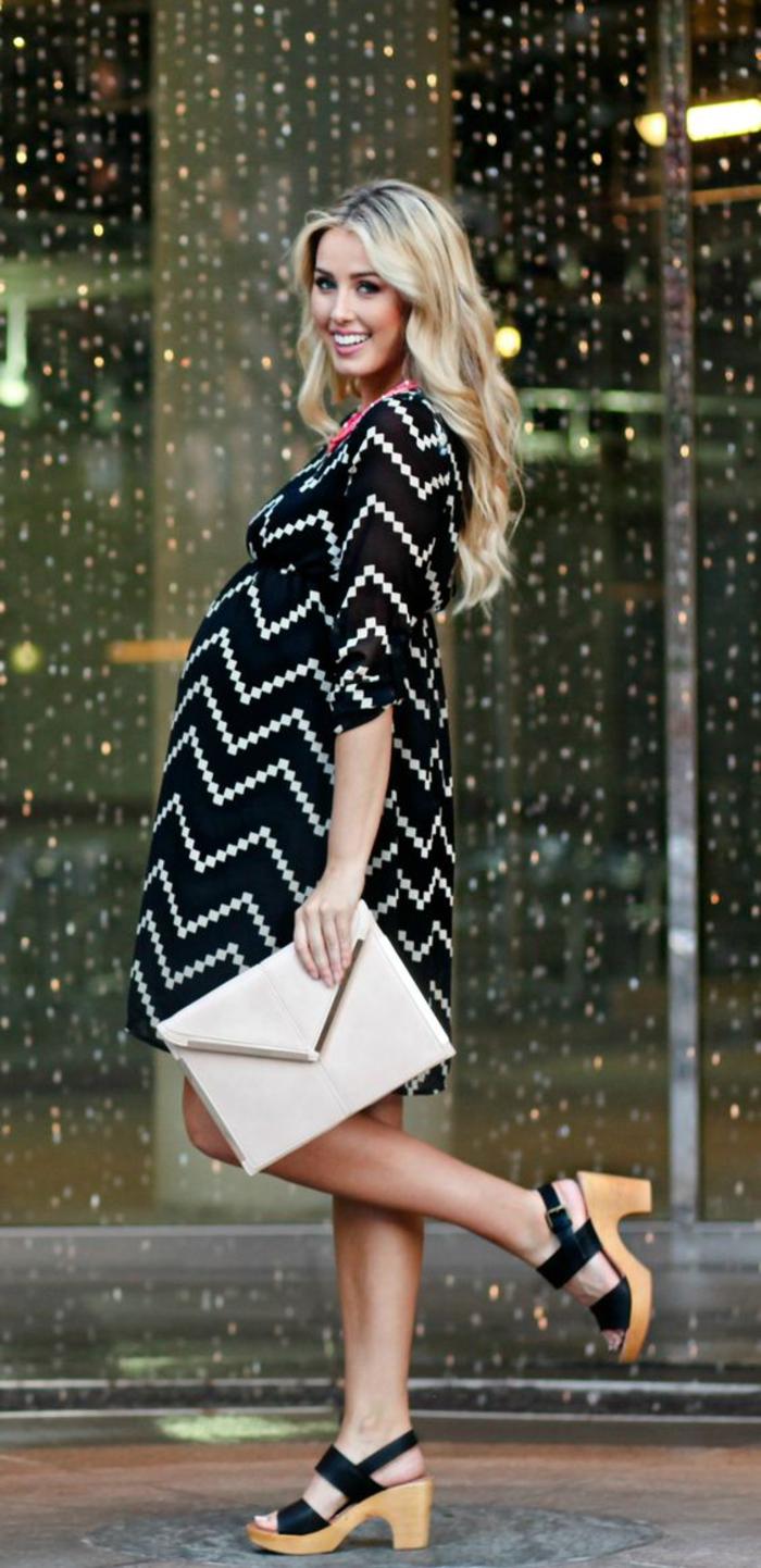 schwangerschaftskleidung, umstandskleid, schwarz und weiss, breit, weisse tasche, schwarze sandalen