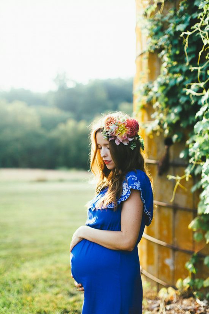 schwangerschaftskleidung, umstandskleid in koenigsblau, blumenkranz