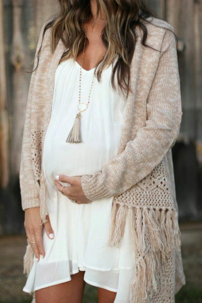 schwangerschaftsmode, umstandskleid in weiss, leicht und locker fallend, strickjacke