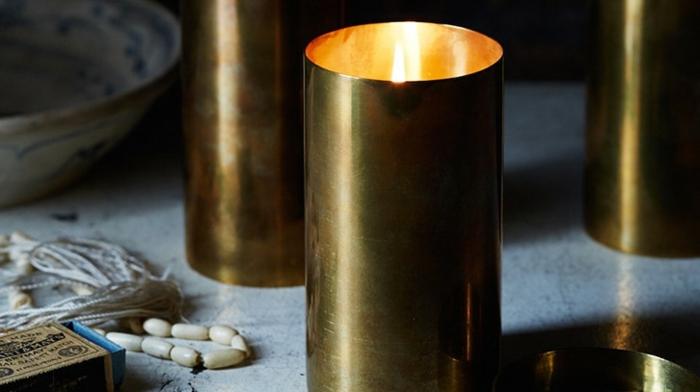 Bastelsachen verkaufen - DIY Kerzen in runden Metallleuchtern, Streichholz, Marmortisch, Halskette aus weißen Perlen