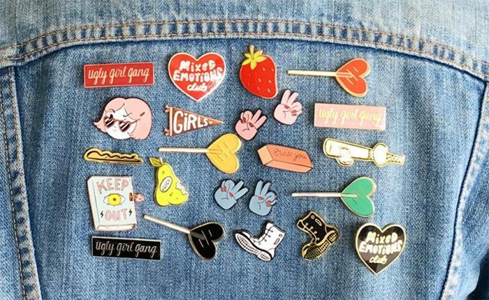 Plaketten mit selbstausgedachtem Design verkaufen - viele verschiedene und interessante Plaketten auf euner blauen Jacke