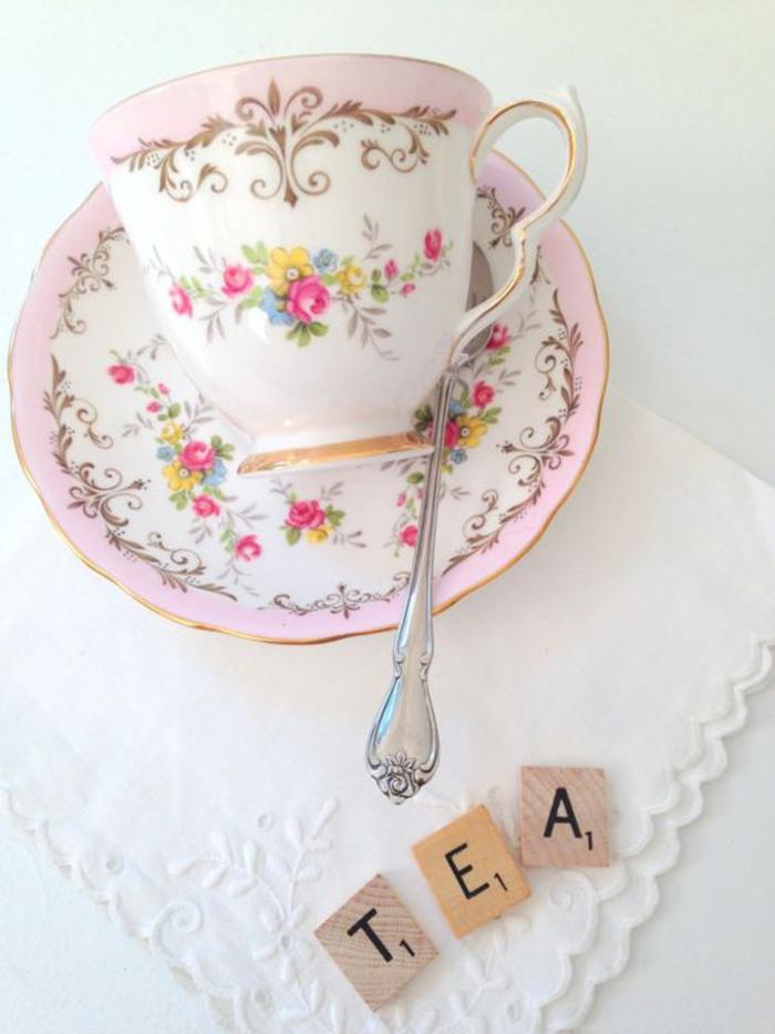 shabby chic teetasse mit blumenmuster, rosa und weiss