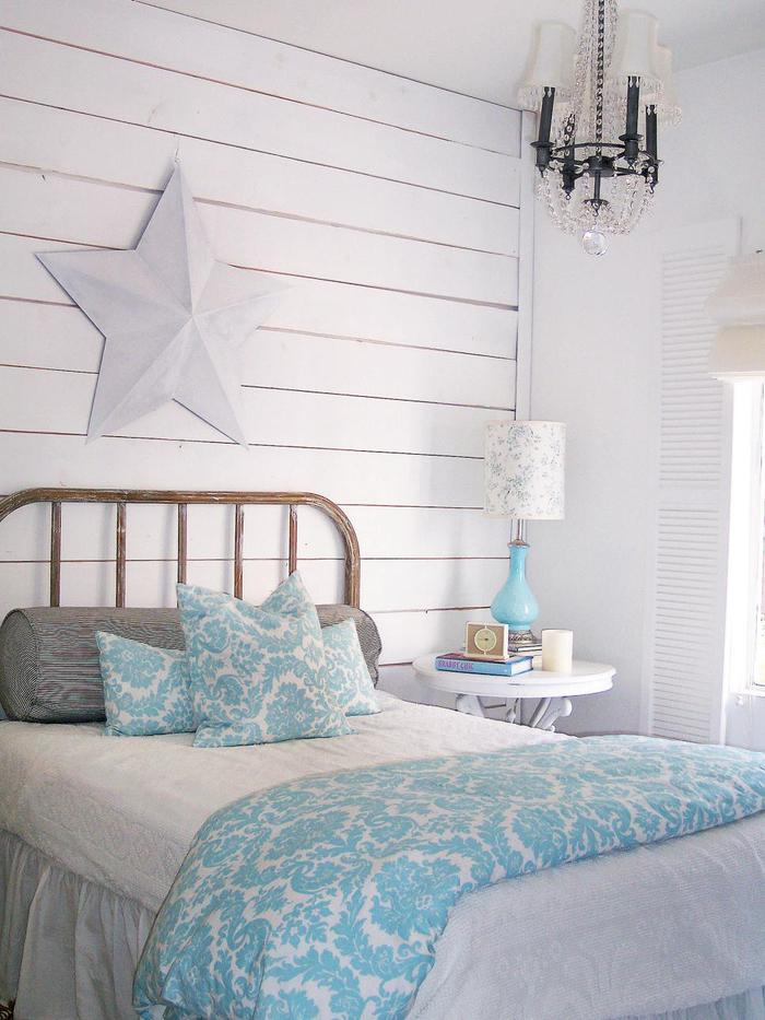 schlafzimmer in weiss, hellblaue decke und nachttischlampe, shabby chic