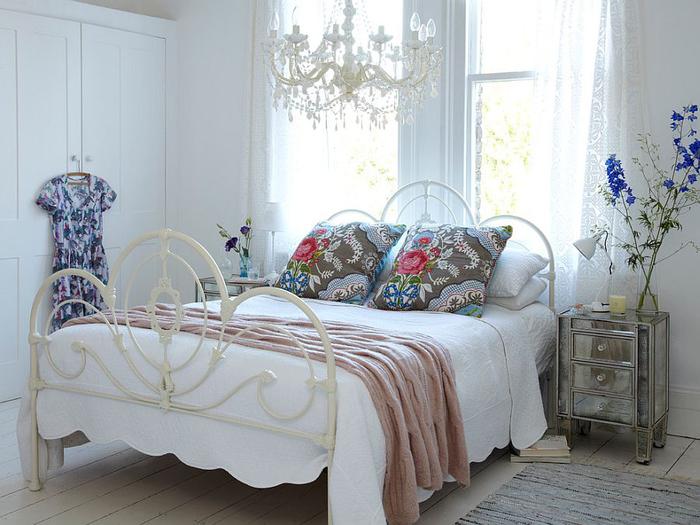 shabby chic schlafzimmer, pastellfarben, dekokissen mit blumenmuster
