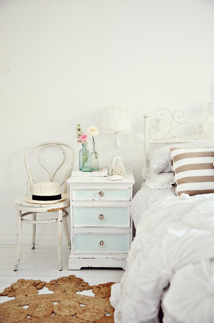 shabby chic schlafzimmer, pastellfarben, altersspuren, weiss und hellblau