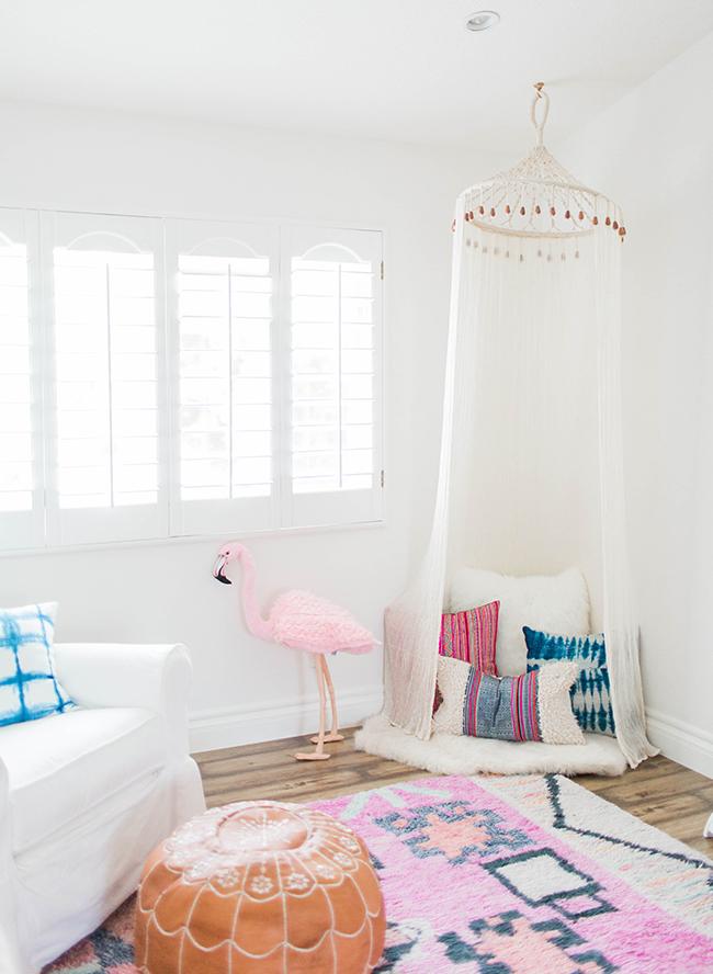 babyzimmer-mädchen, natürliches licht, flamingo spielzeug, wanddeko, zelt im zimmer