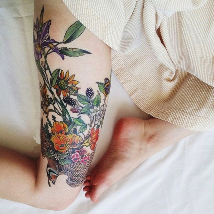 tattoo am oberschenkel, bein tattoos, blumenmotive, weibliche tattoos