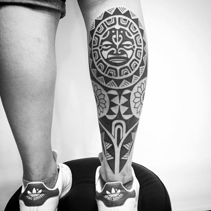 tattoo an der wade, bein tattoo, tribal design, hawaiische tattoo motive