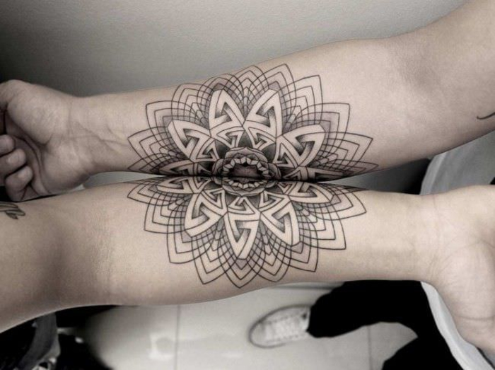 tattoos fuer paare, die sick ergaenzen, arm tattoos, schwarz, abstrakt