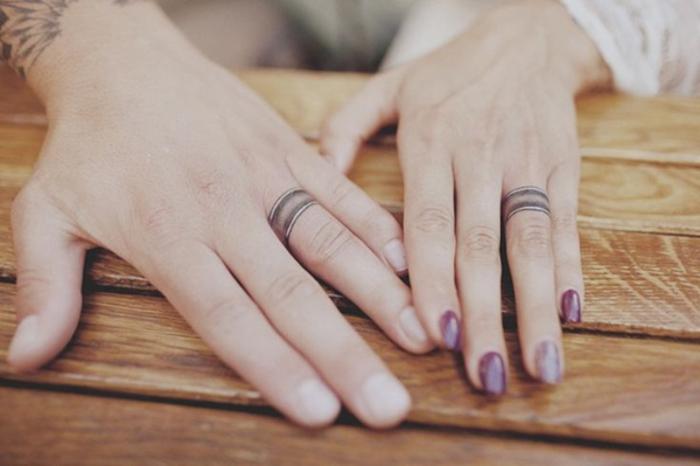 tattoos fuer ehepaare, eheringe, finger tattoos, liebesbeweis