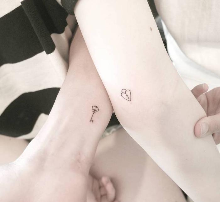 tattoos fuer paare, schloesser und schluessel, herz motiv, kleine arm tattoos