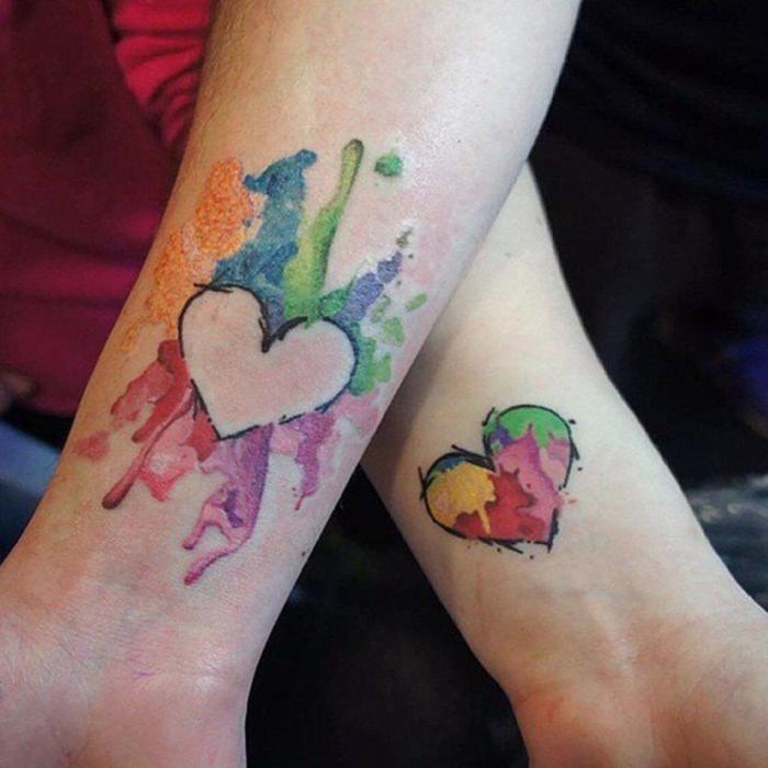 tattoos, die sich ergaenzen, bunte herzen, tattoos fuer zwei, romantisch