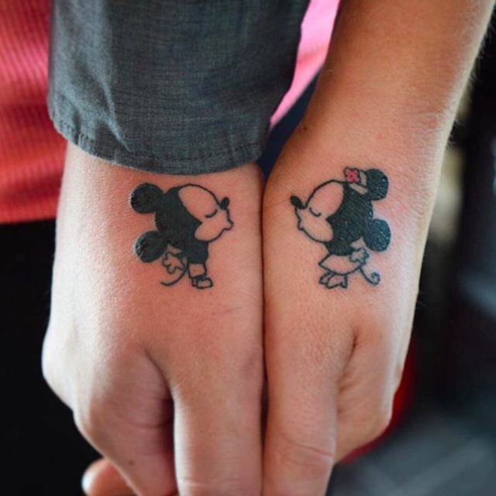 tattoos fuer paare, disney-motiv, mickey mouse und minnie mouse, kuss