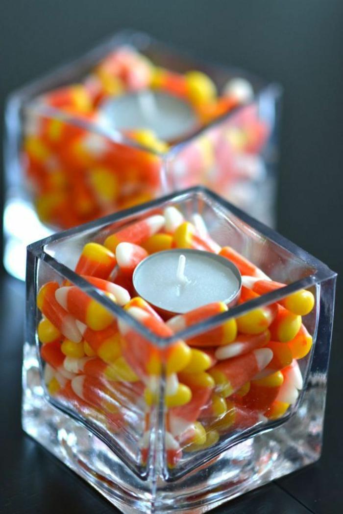 eckige glaser gefüllt mitbonbons, kleine kerzen, tischdeko