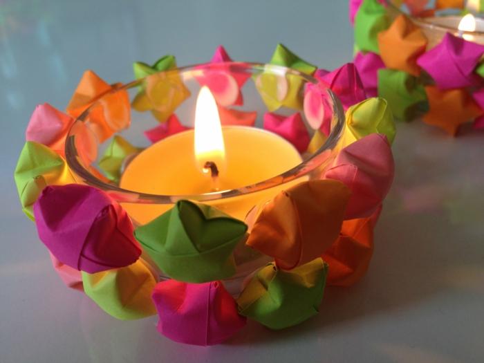 kleine kerze, glas dekoriert mit bunten sternen aus papier