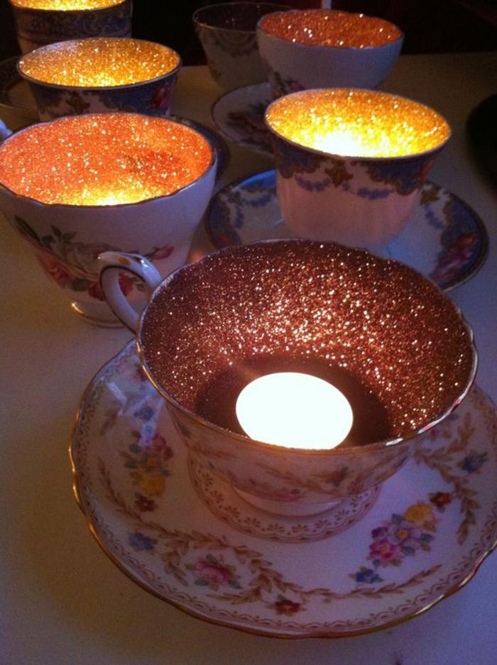 teelichter, teetassen mit blumen dekoriert mit goldenem brokat