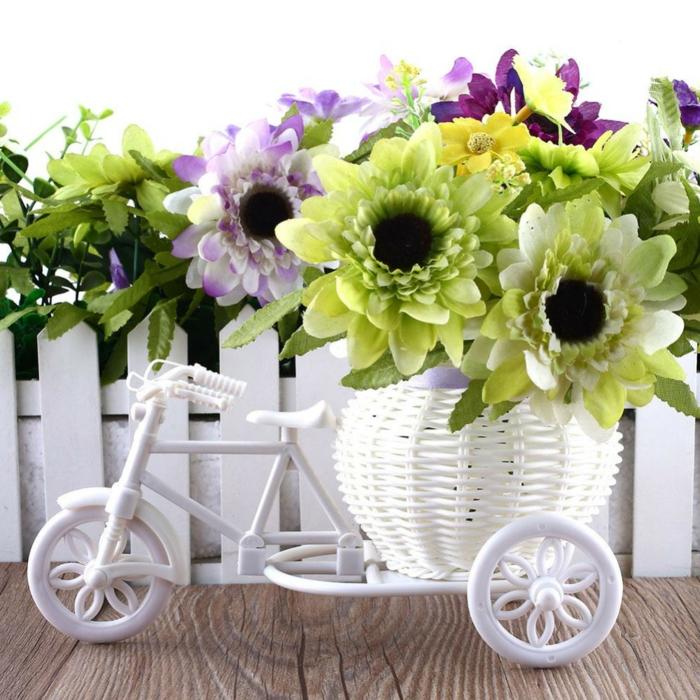 mini blumentöpfe fahrrad idee blumentopf gestaltung sonnenblumen in weiß gelb und grün dekorieren idee