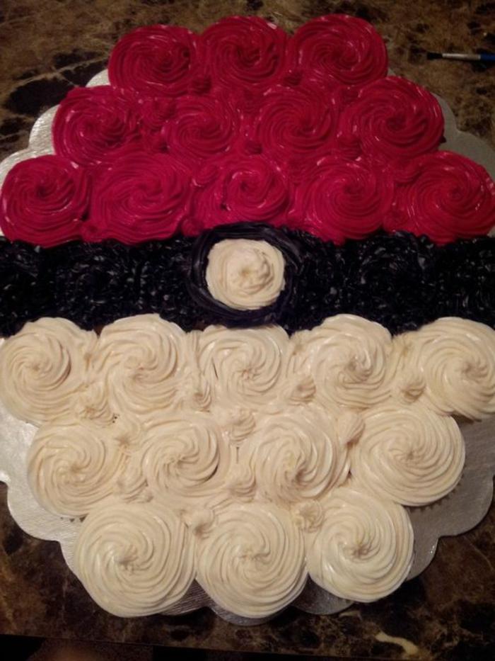 eine leckere pokemon torte mit schwarzer, roter und einer weißen creme - sie sieht wie ein pokeball au