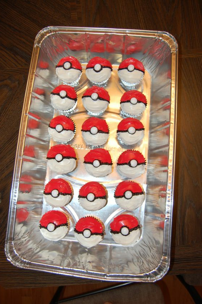idee für kleine rote pokemon kuchen, die wie kleine rote pokebälle aussehen