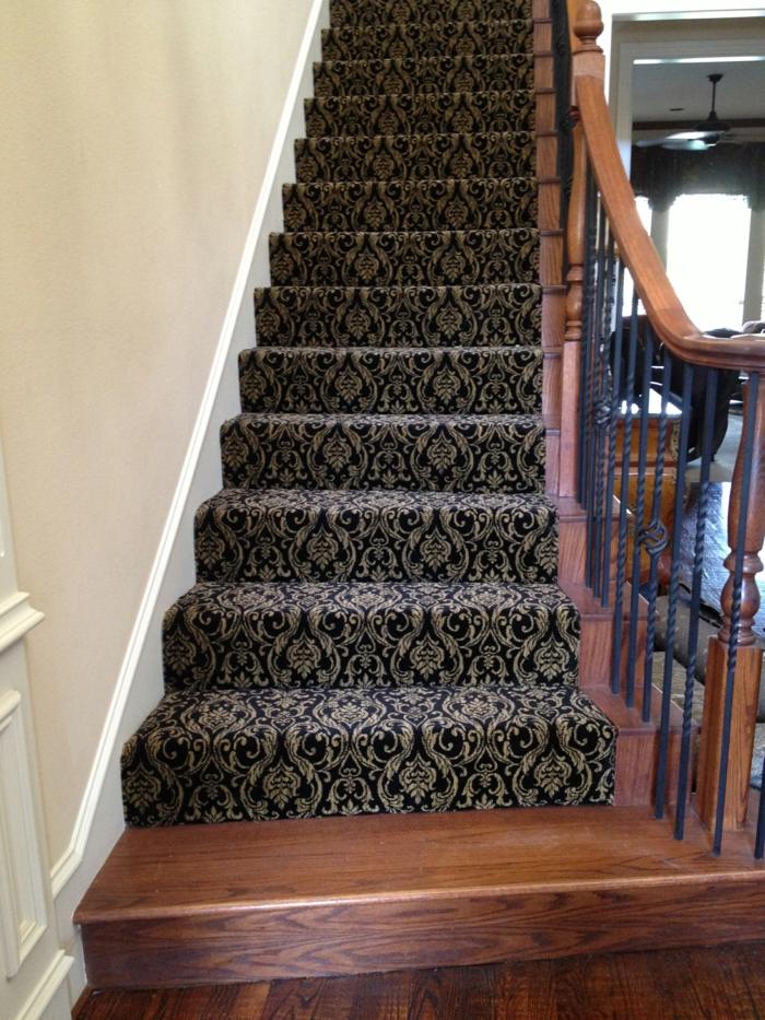 schwarzer Läufer mit abstrakten Muster - Treppenaufgang gestalten Ideen und Beispiele
