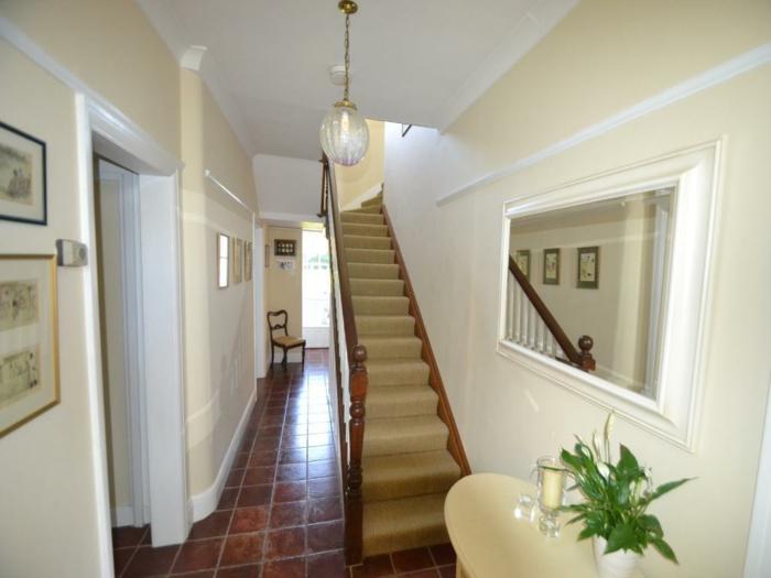 ein Spiegel mit weißen Rahmen - Bilder für Treppenhaus die dort verspiegeln