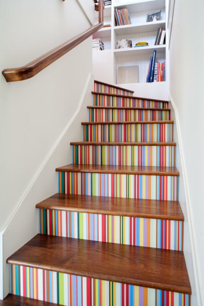 bunte Treppen in Regenbogen Farbe mit Buchregal - Treppenhaus gestalten